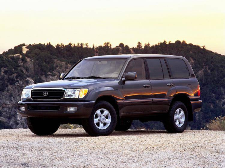 Фото Toyota Land Cruiser 100 - конкурент Chevrolet Suburban GMT400