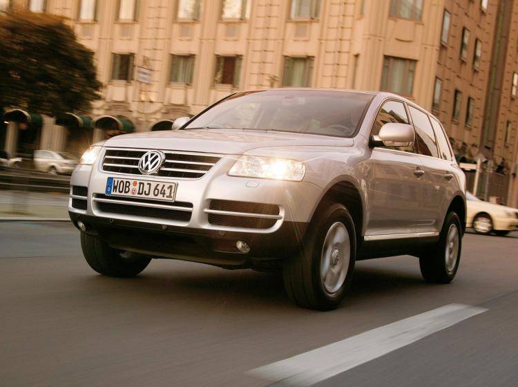 Фото Volkswagen Touareg I - конкурент Isuzu Trooper II